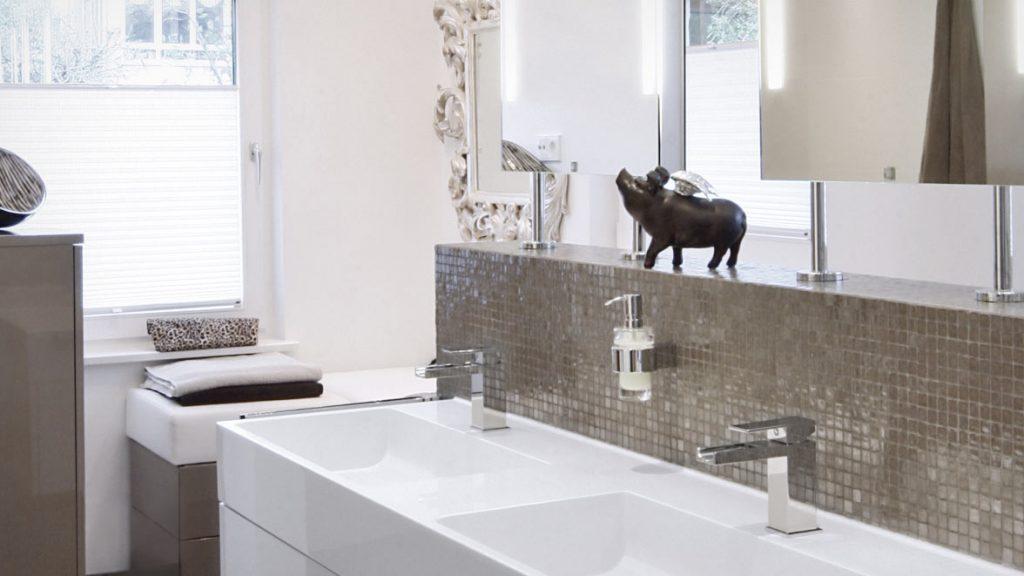 Teilsanierung: wohnliches Ambiente mit Dekorationen schaffen.